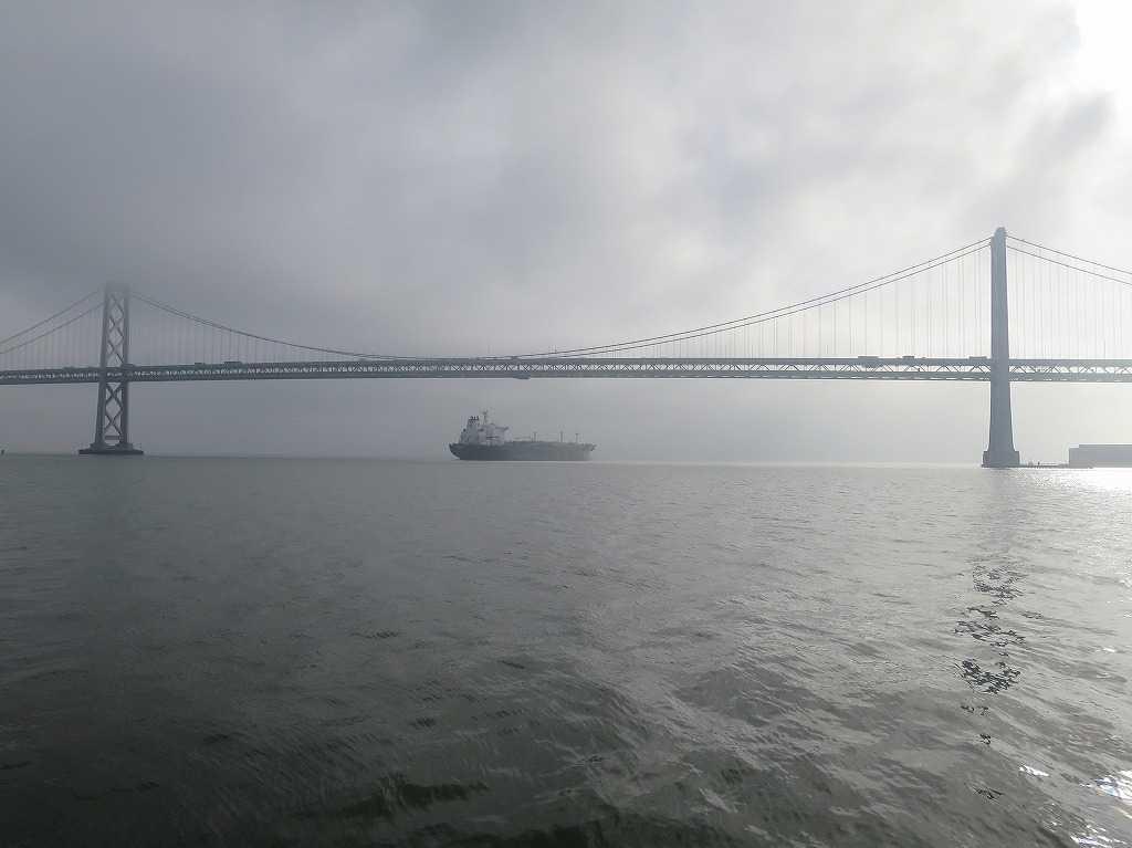 ベイブリッジ架かるサンフランシスコ湾
