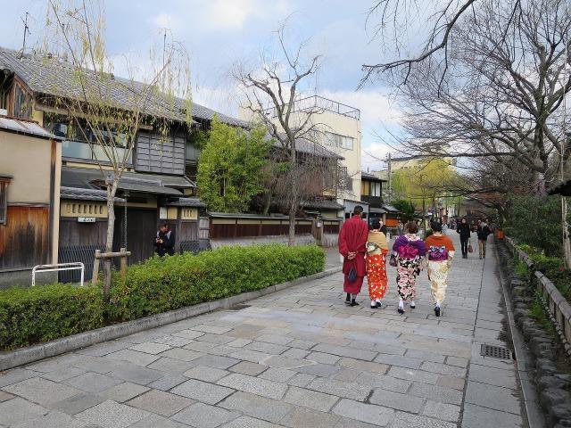 着物姿の女性が通り過ぎる祇園