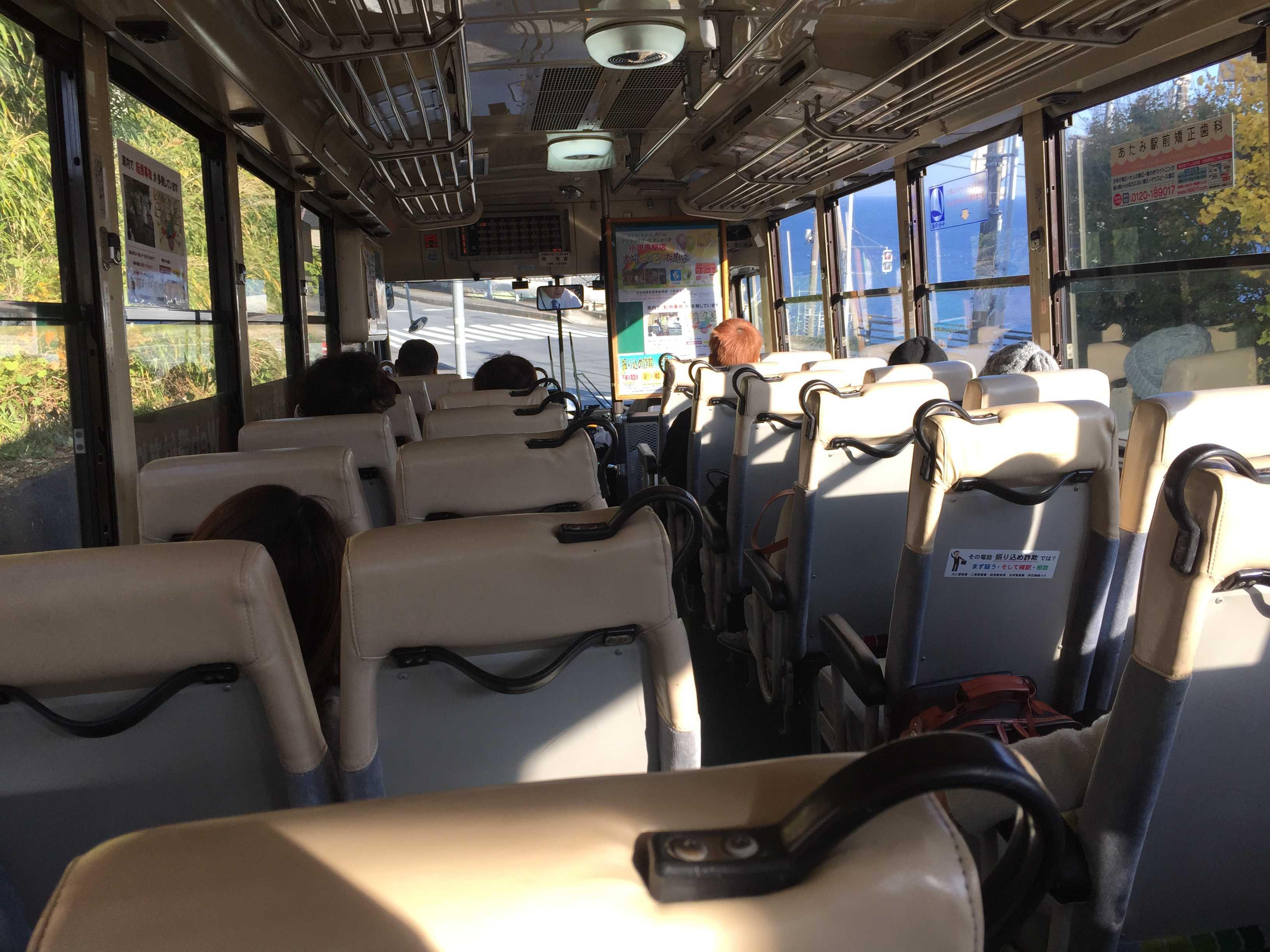 熱海港・後楽園行きのバスの中 車窓の青い海