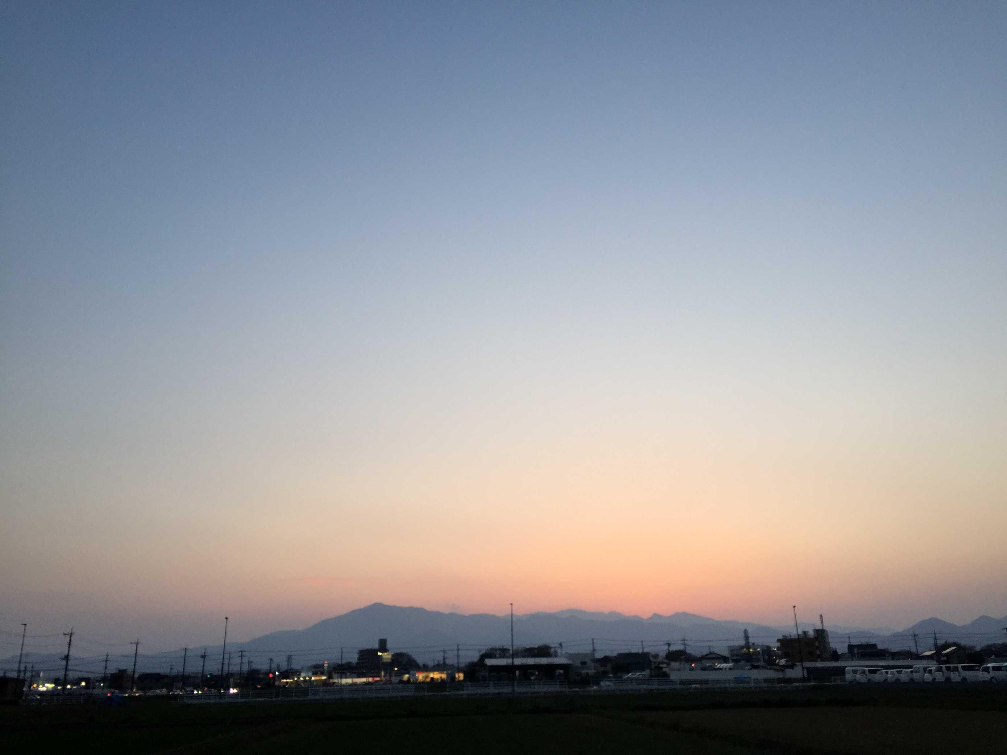 海老名駅前から見た丹沢山地の夕暮れ