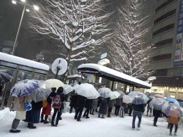 大雪の日、バスを待つ大行列