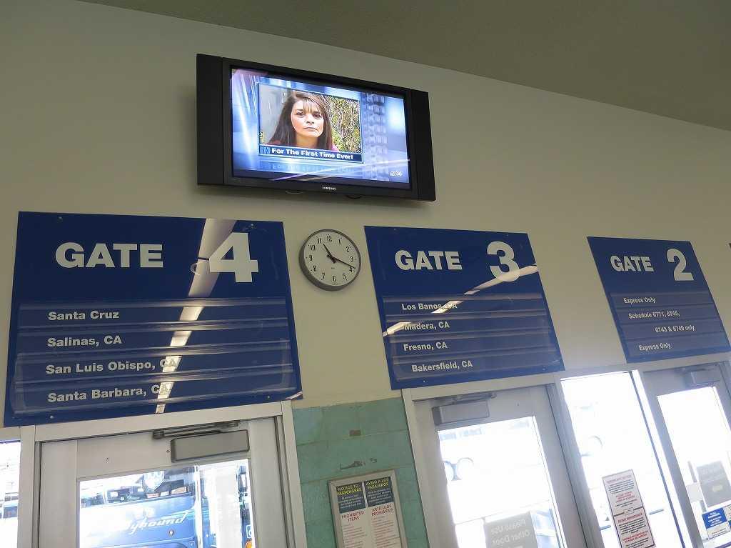 グレイハウンドのバスターミナル内部のゲート