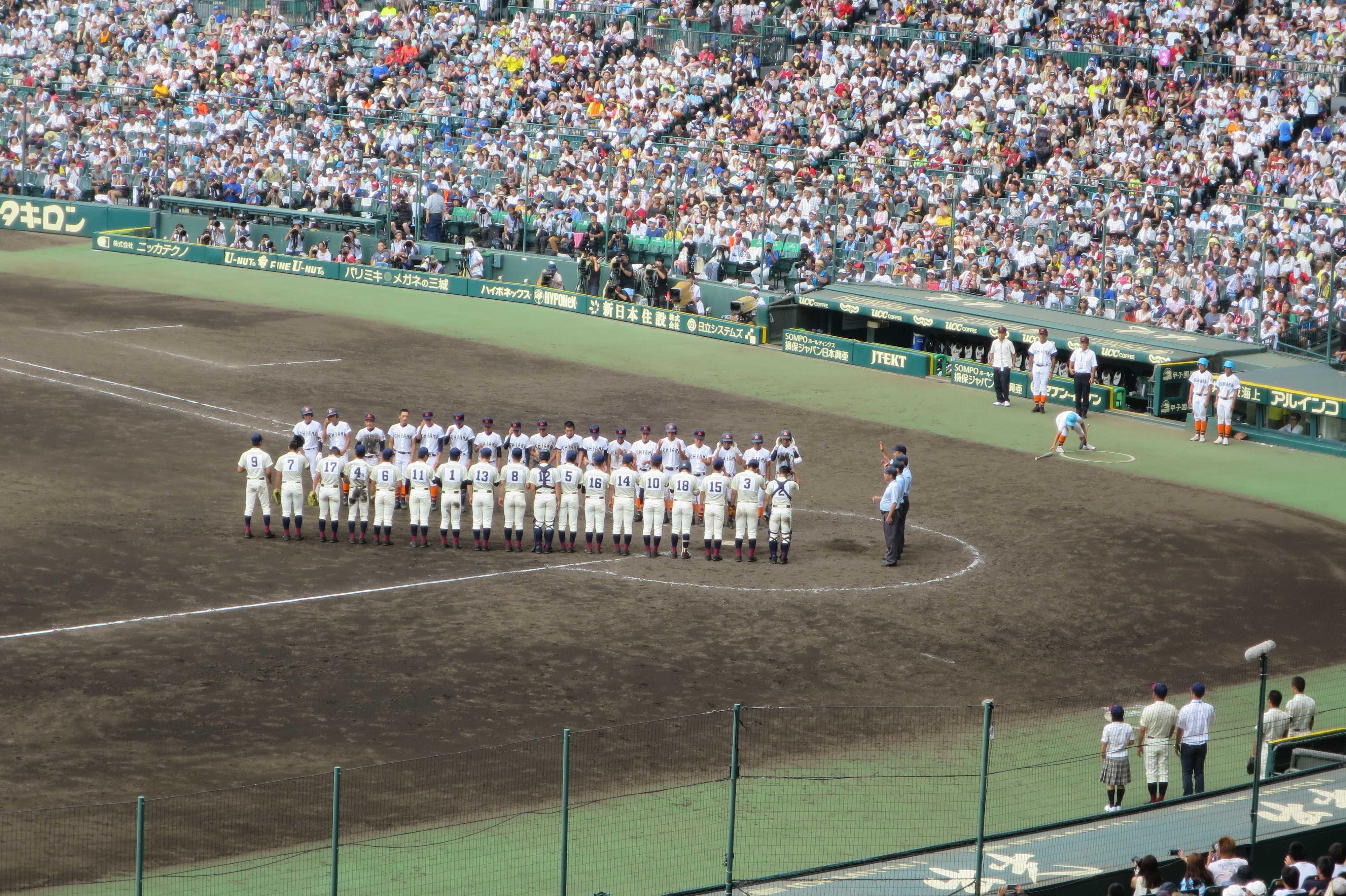 試合終了後の整列 - 八戸学院光星 5対4 市立尼崎(延長10回)