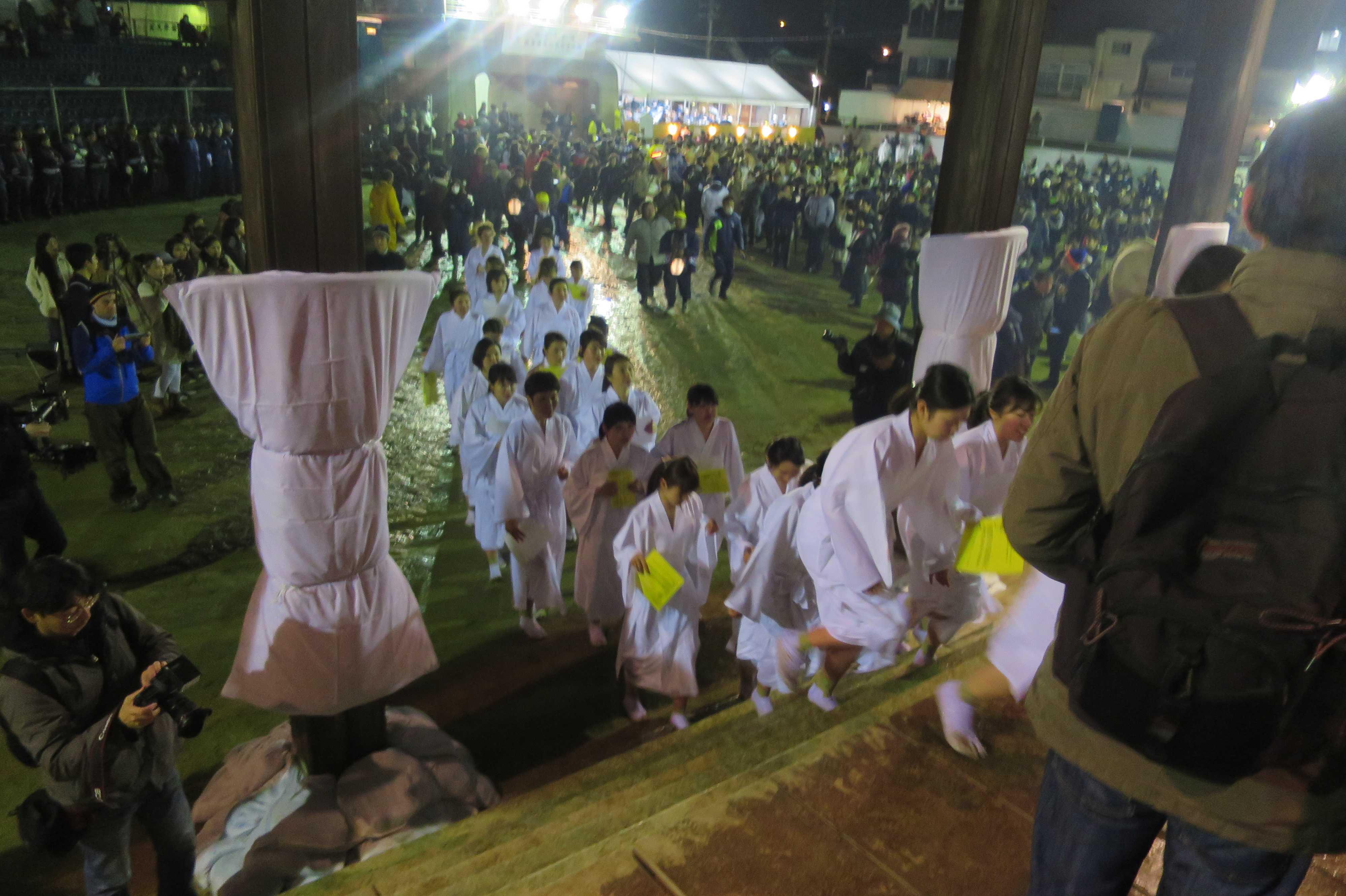 西大寺会陽 - 白装束・滝衣の女性(本堂大床)