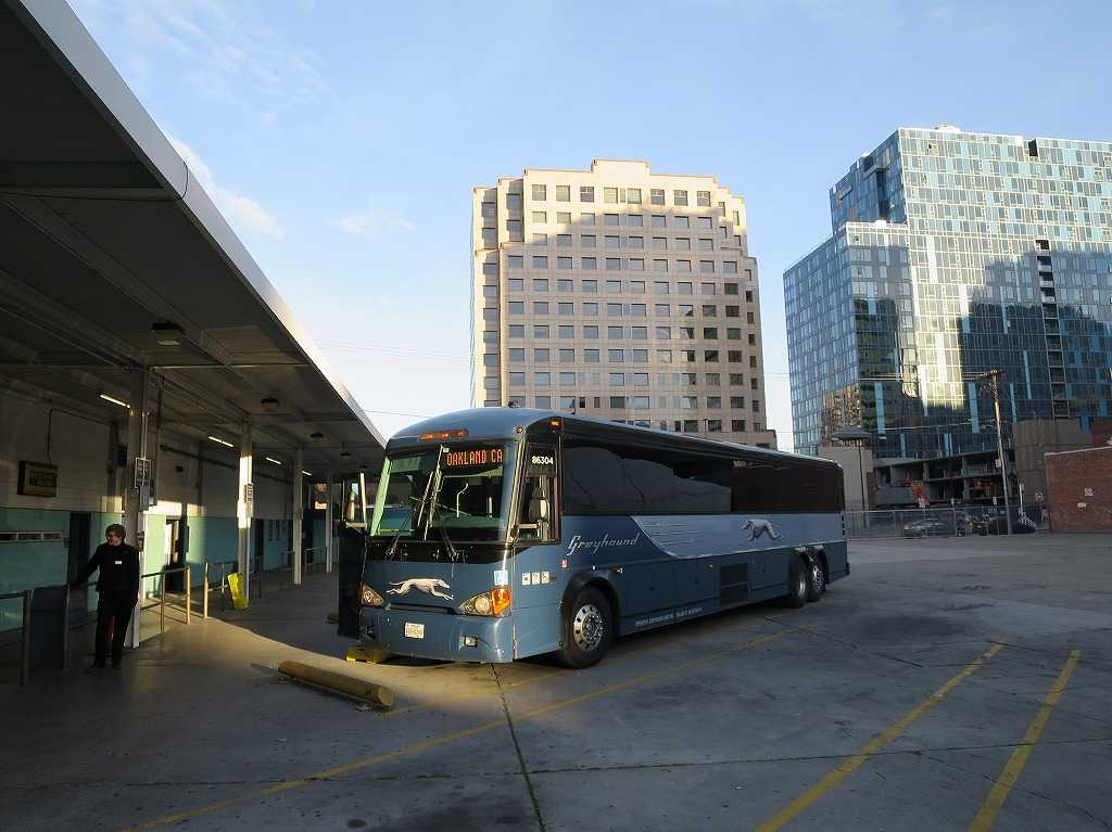 グレイハウンド サンノゼバスターミナルに停車中の僕が乗るバス