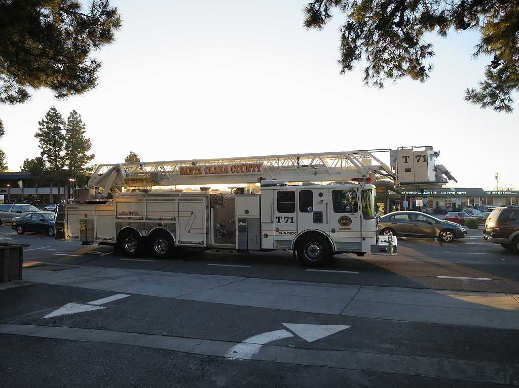 サンタクララ郡の白いはしご車