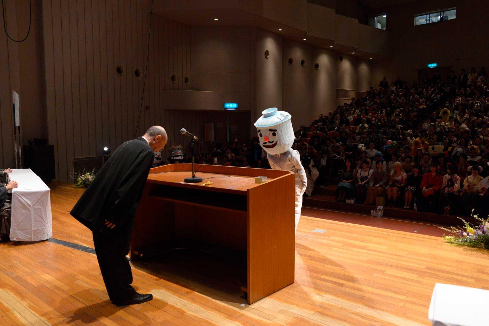 コスプレ(仮装)で盛り上がる京都市立芸術大学の卒業式の写真