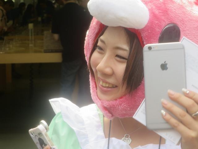 iPhone 6 を持つ可愛い女性 画像