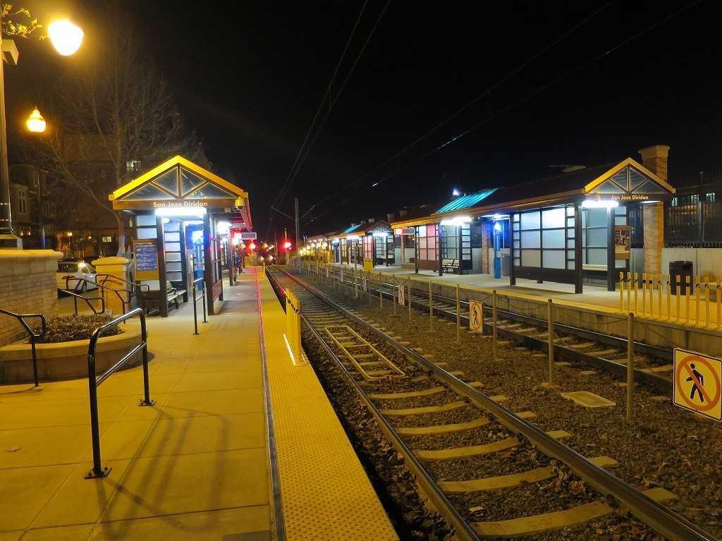 夜のサンノゼ・ディリドン駅(VTAライトレールのホーム)