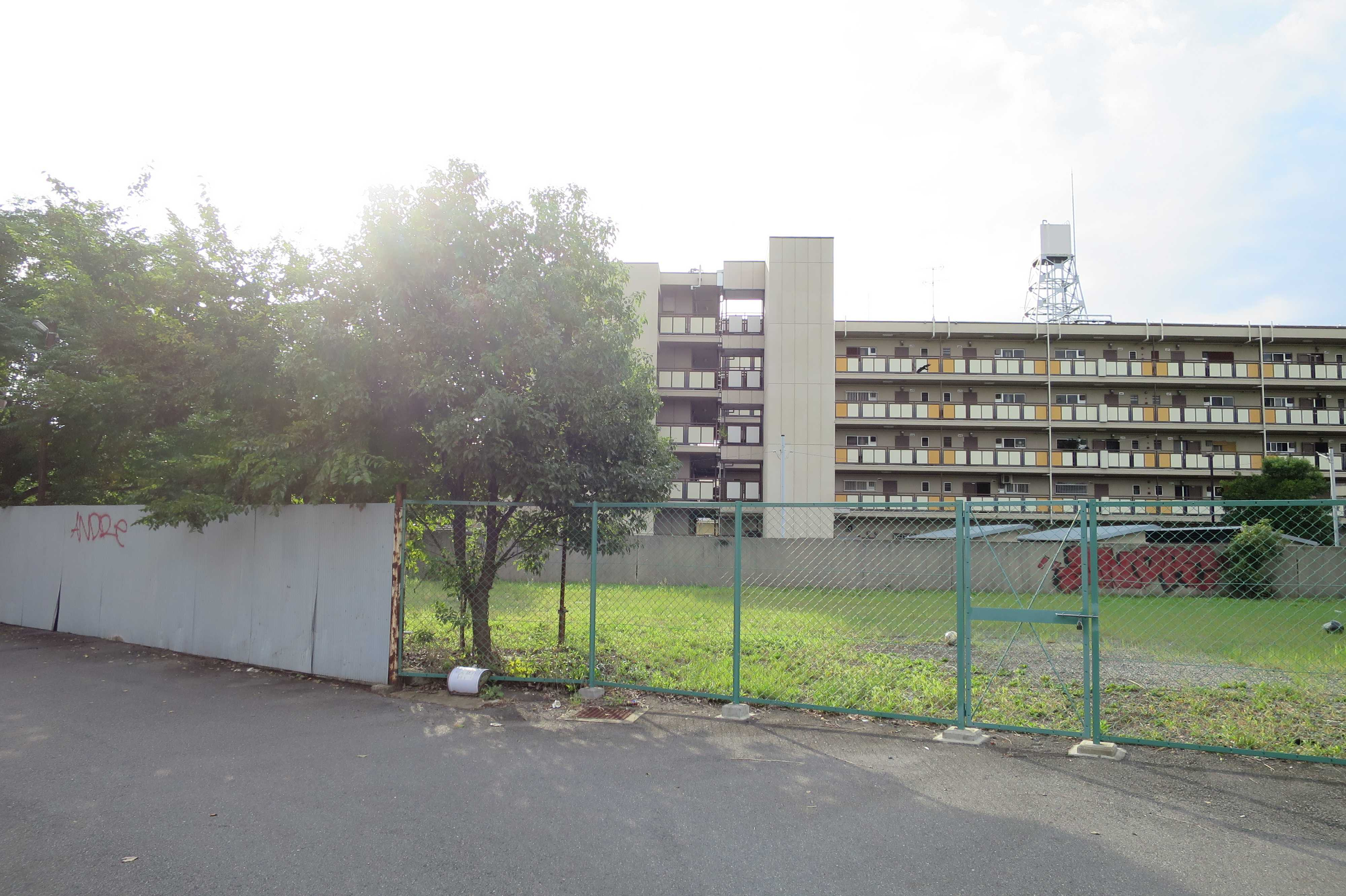 京都・崇仁地区 - 金網に囲まれた空き地と市営住宅
