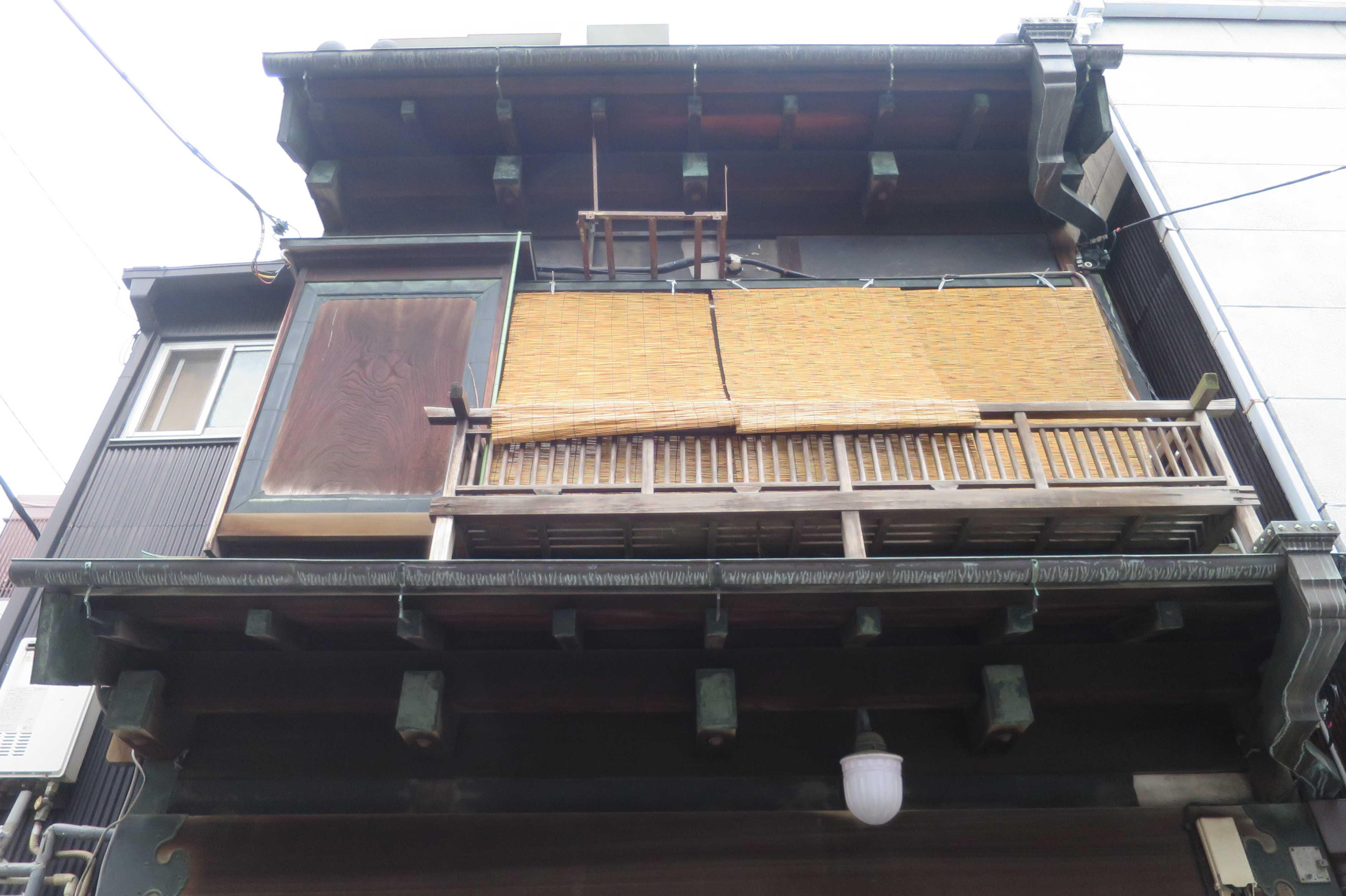 築地エリア - 町家型事務所建築の一枚板の檜の戸袋や三枚の簾