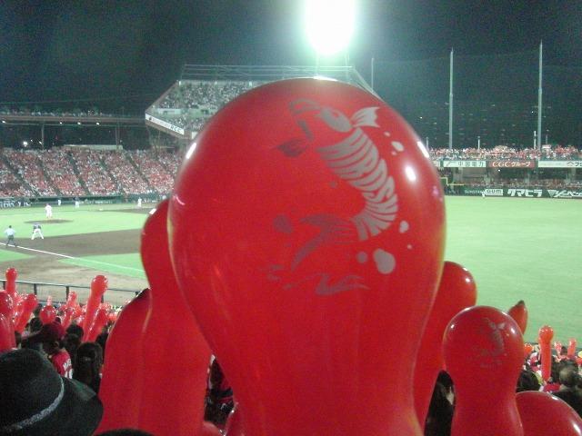 マツダスタジアムの鯉の赤い風船