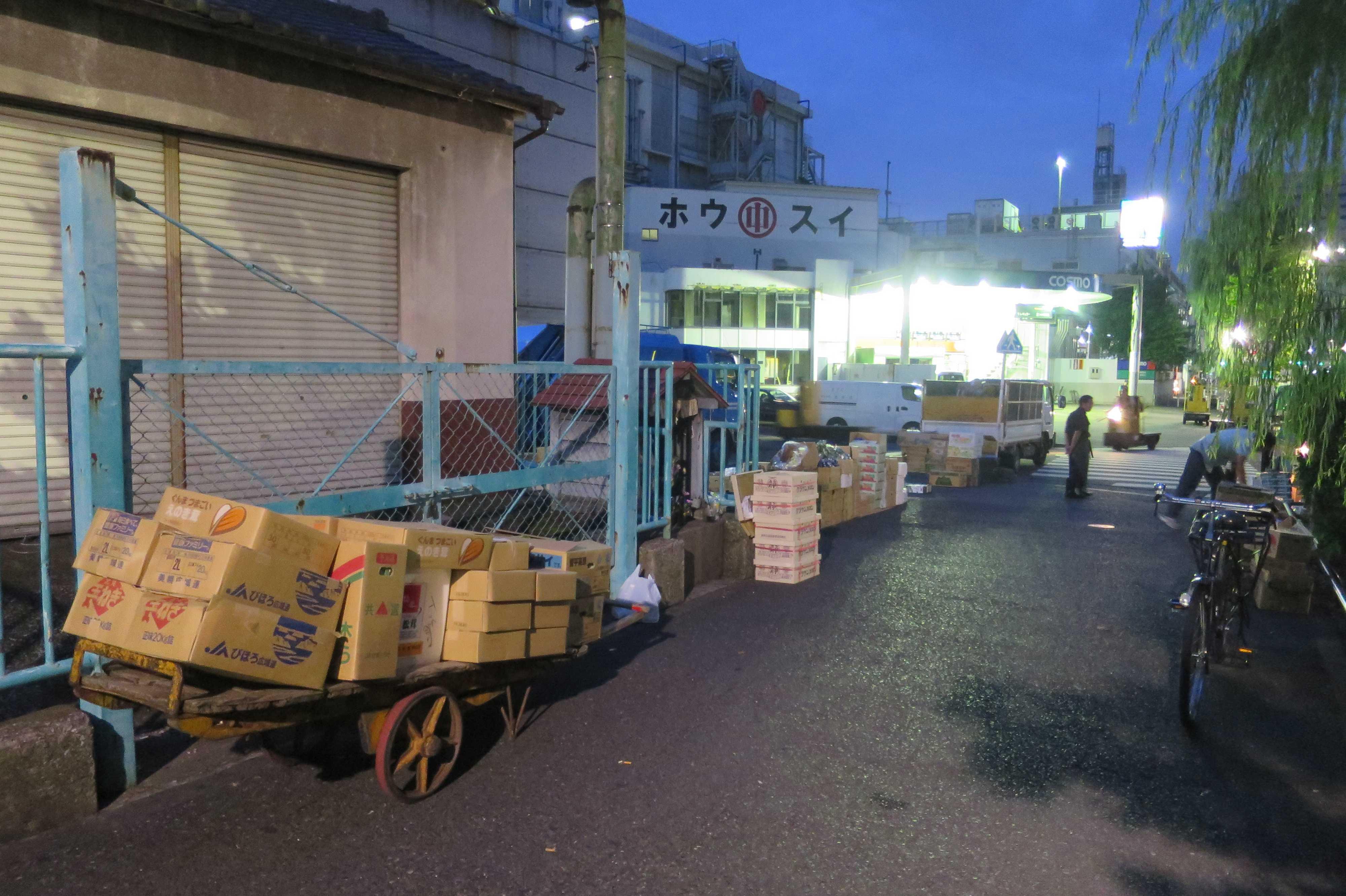 築地場外市場 - リヤカーに積まれた野菜たち