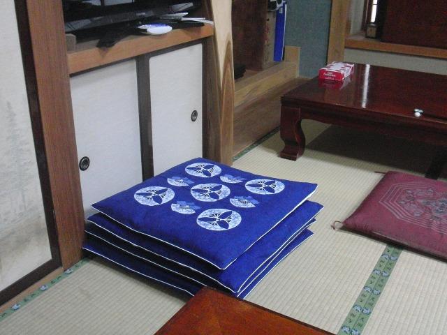 檜枝岐歌舞伎鑑賞用の青い座布団
