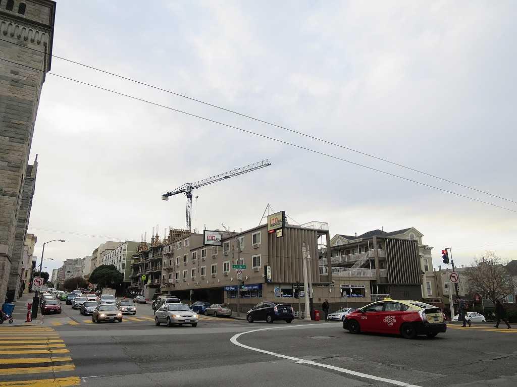 サンフランシスコ - バン・ネス・アベニュー(手前/Van Ness Ave)とブロードウェイの交差点