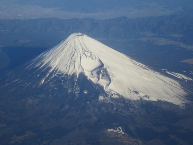 高知へ: 雪を頂く1月の富士山を空から拝む。