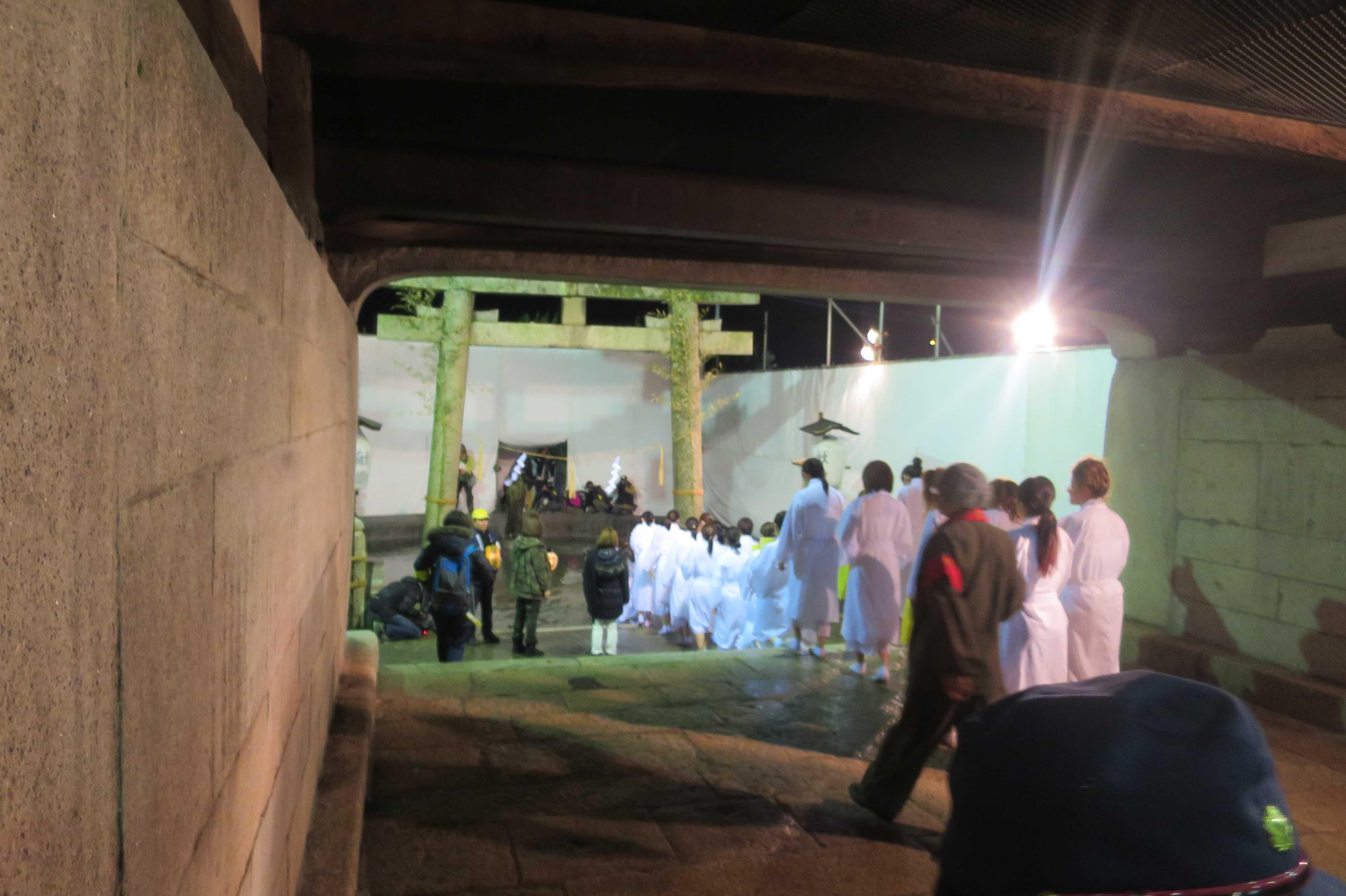 西大寺会陽 - 白装束の女性(石門)