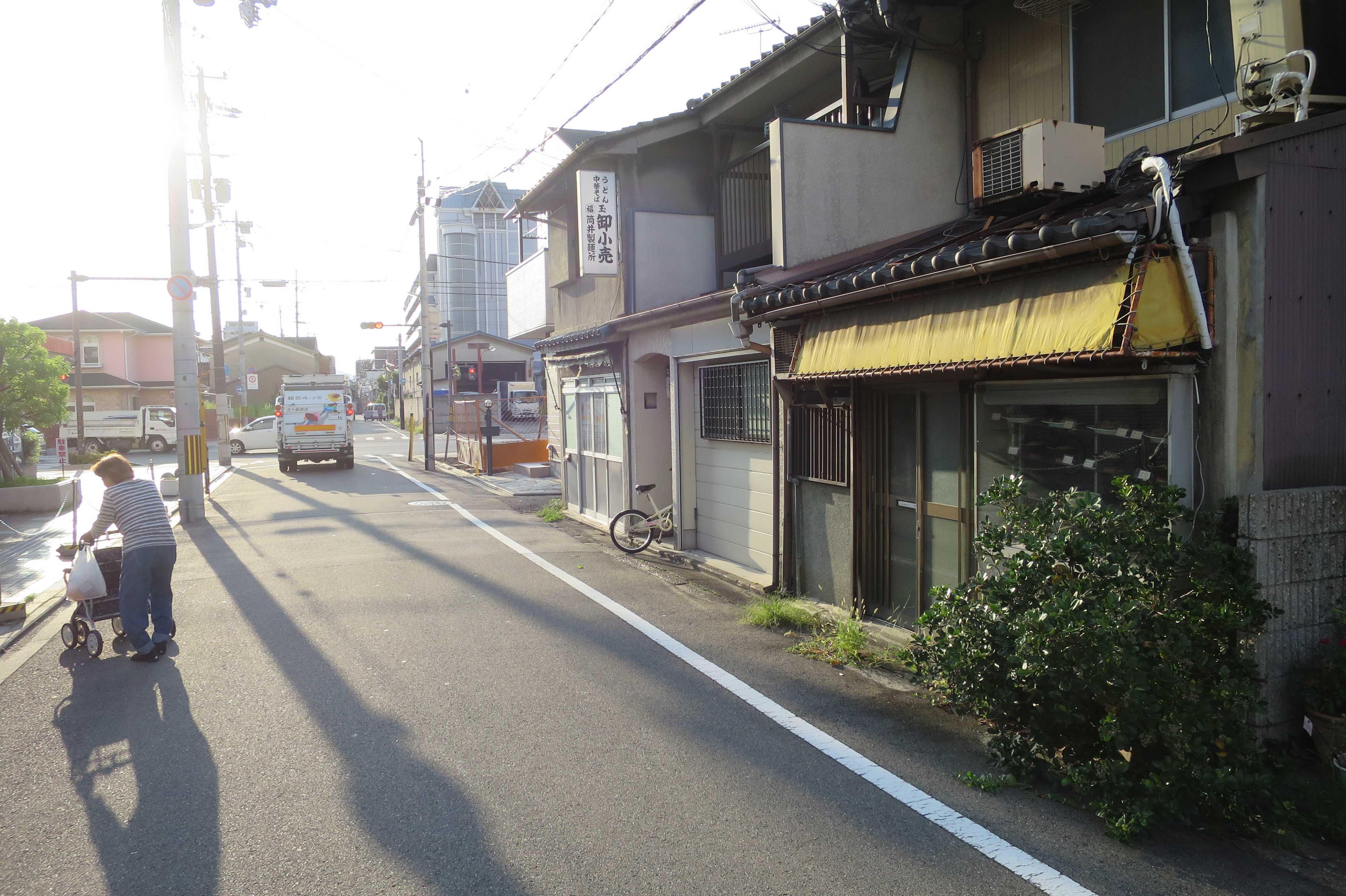 京都・崇仁地区 - 通行人と通行車