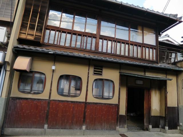 祇園の2階のガラス窓