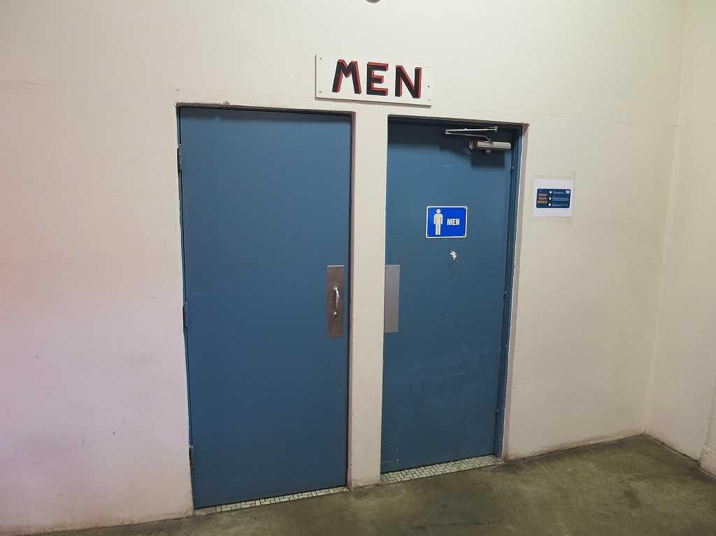 サンタクララ・フェアグラウンズの男子トイレ