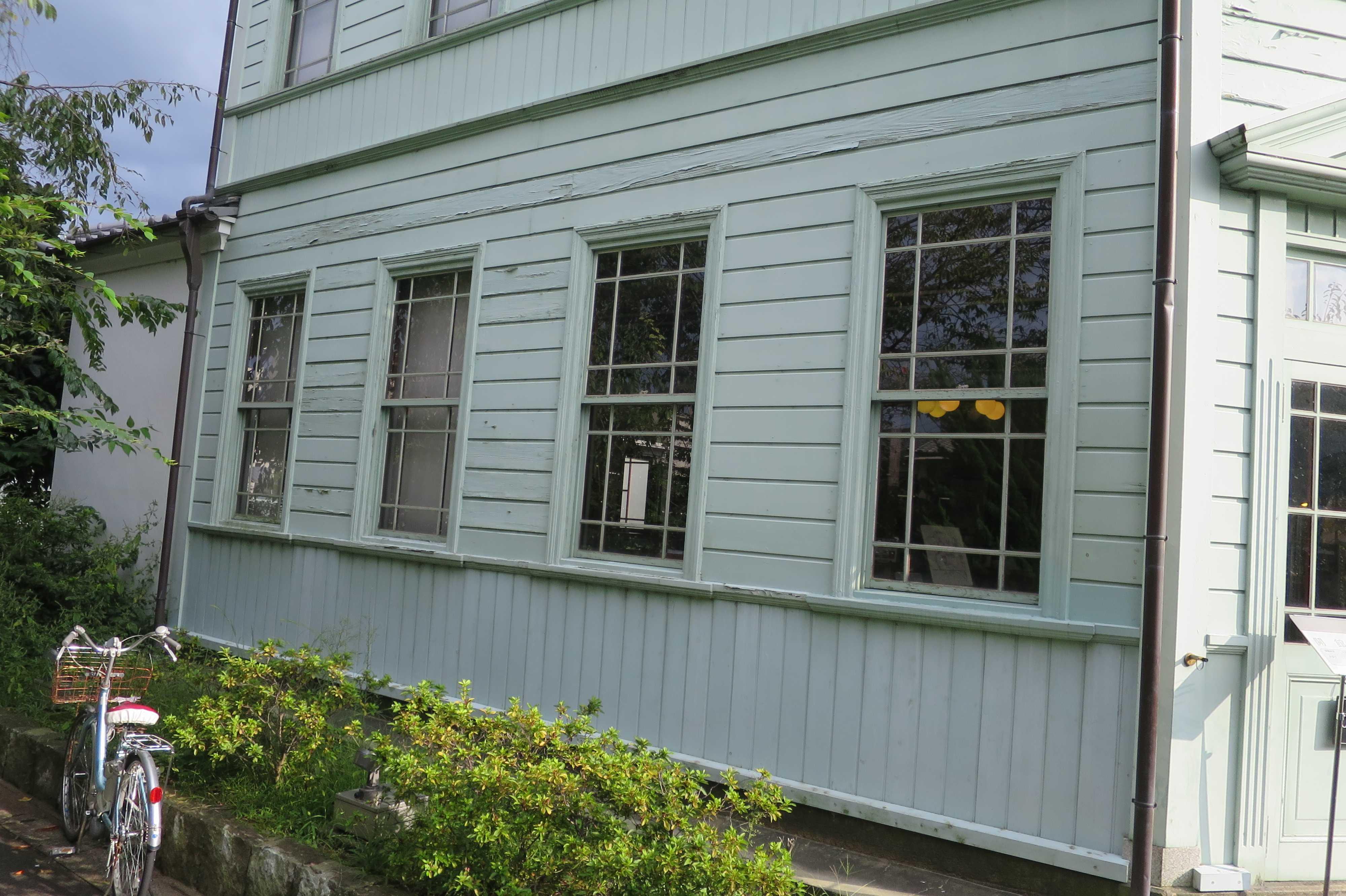 京都・崇仁地区 - 柳原銀行記念資料館の側面のガラス窓