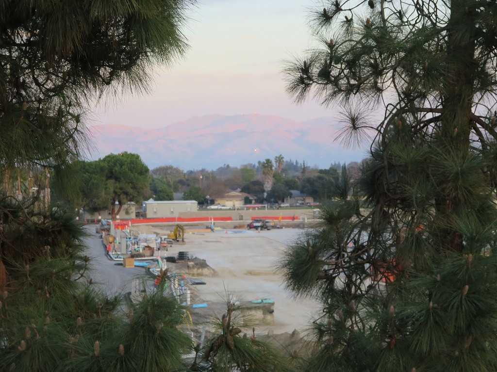 夕日に照らされるカリフォルニアの山々