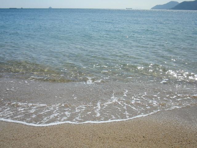 尾道・向島 - 砂浜に打ち寄せる小さな波