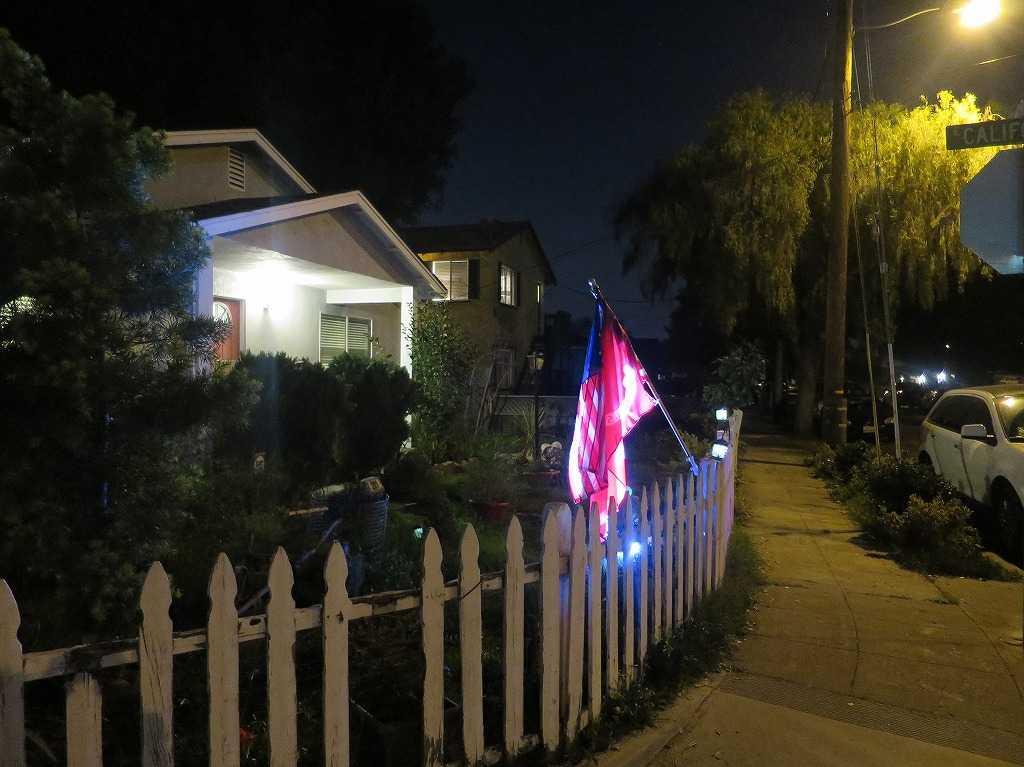シリコンバレー - ライトアップされた民家の星条旗