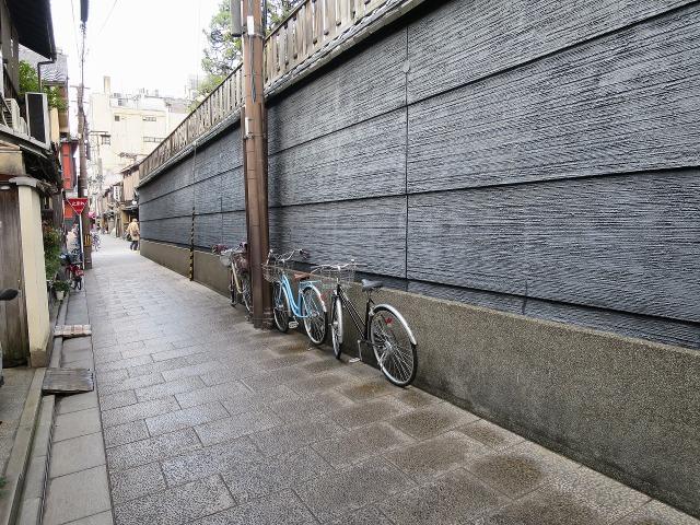 祇園の路地裏の石畳の道