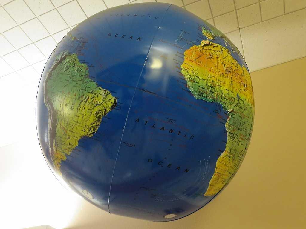 プラグ・アンド・プレイ テックセンター - 地球儀