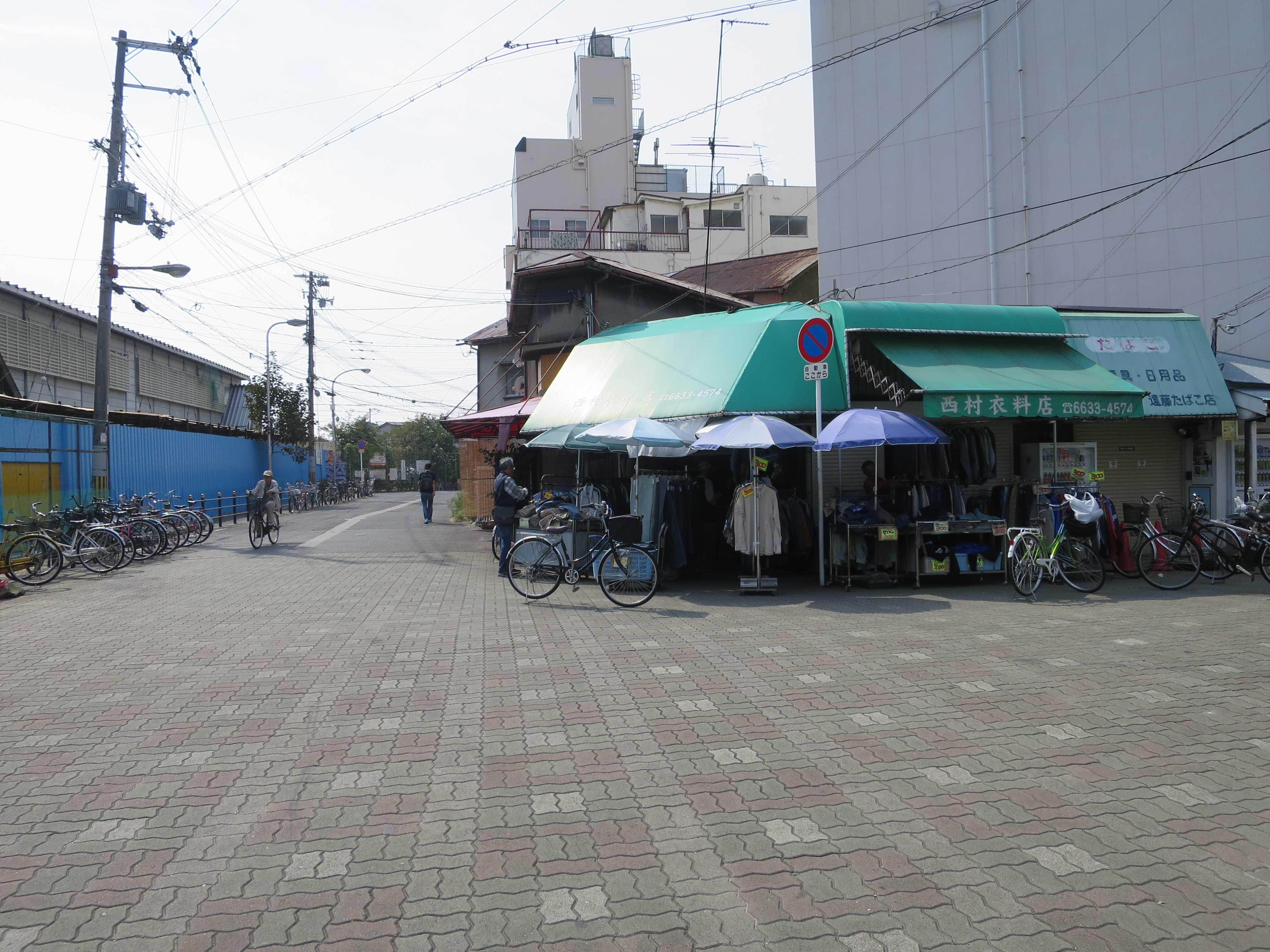 三角公園前の衣料店