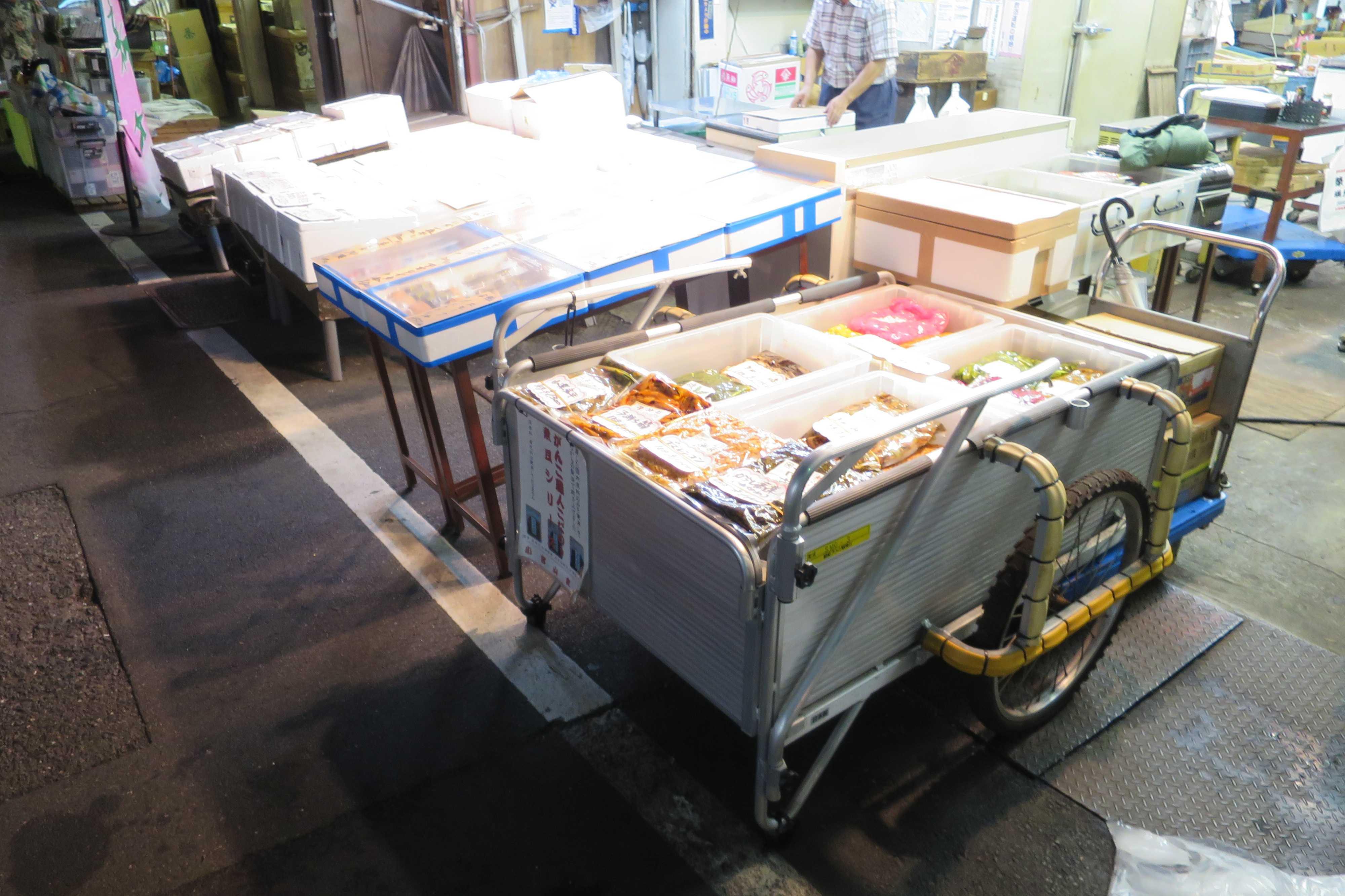 築地場外市場 - リヤカーに載せられたまま売られている漬け物