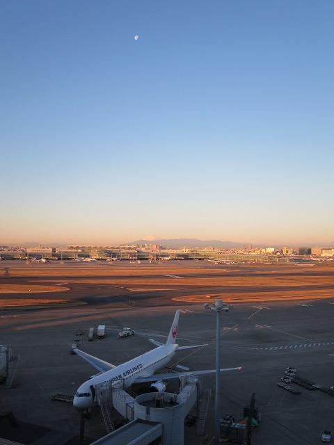 羽田空港の飛行機と白いお月様