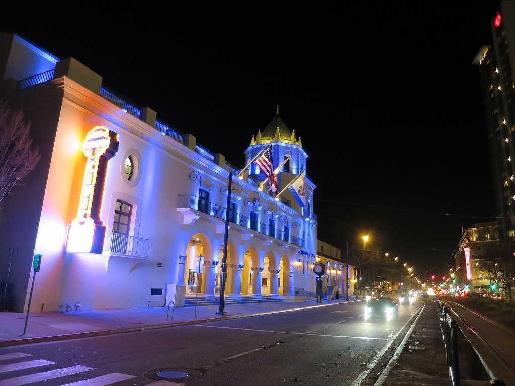 ライトアップされたシティナショナルシビック劇場