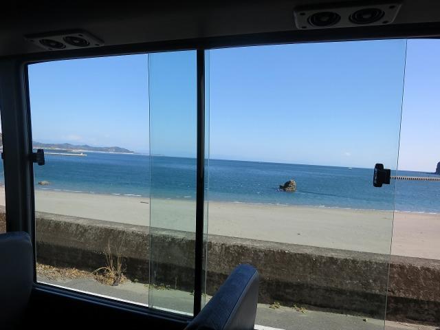 バスの車窓 - 高知の白浜