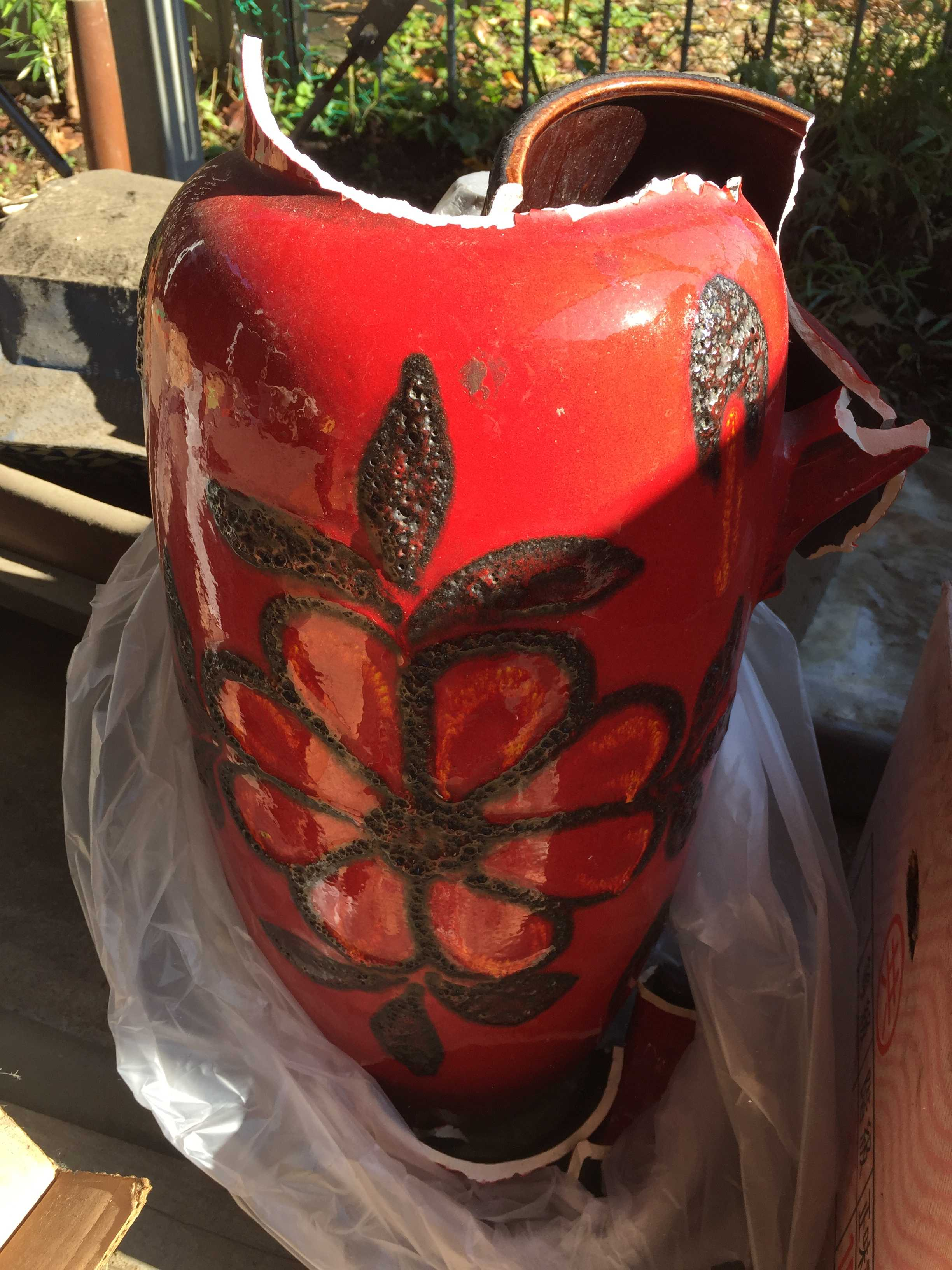 割れた大きな赤い壷