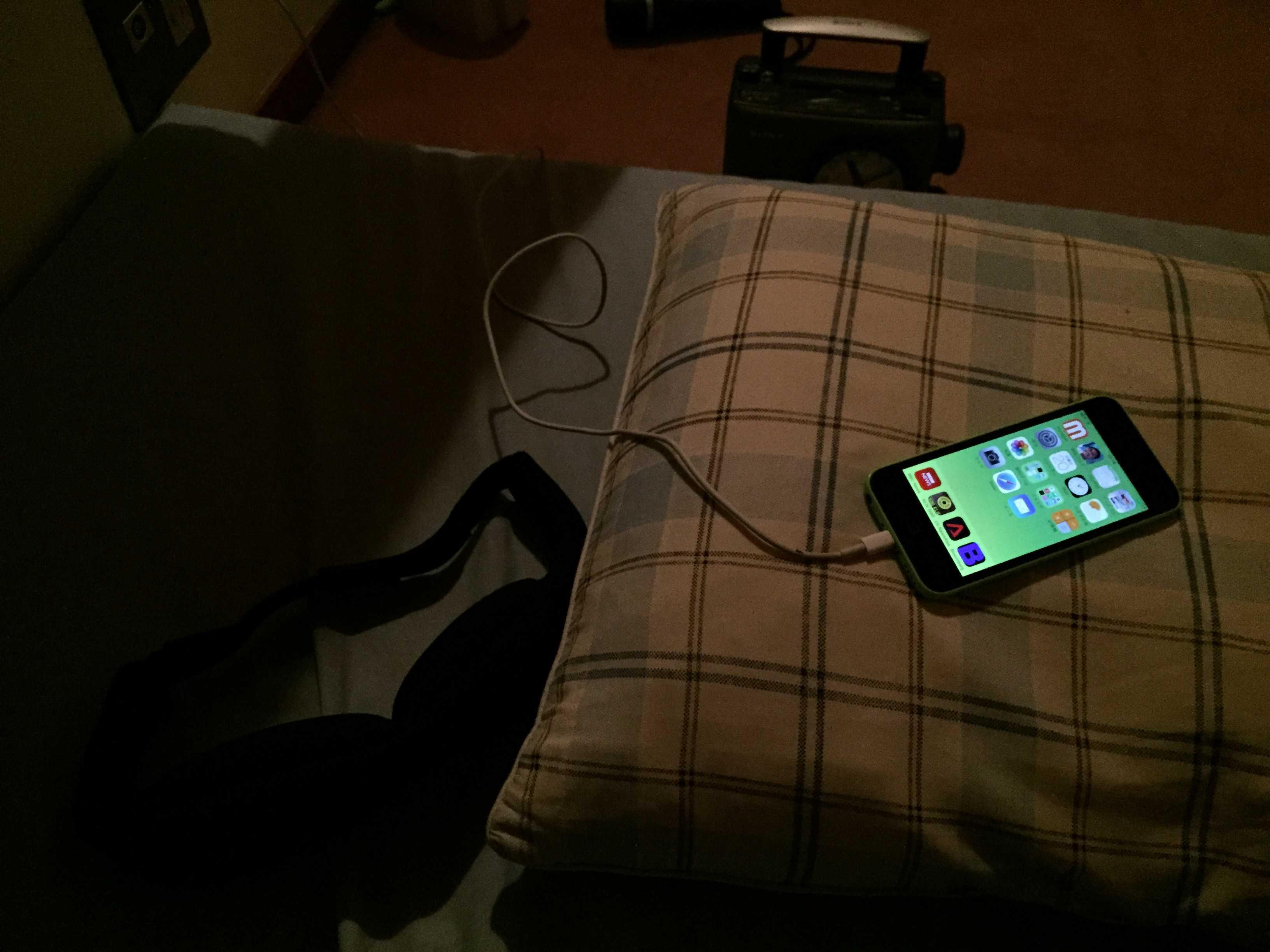 枕元の僕の iPhone 5c