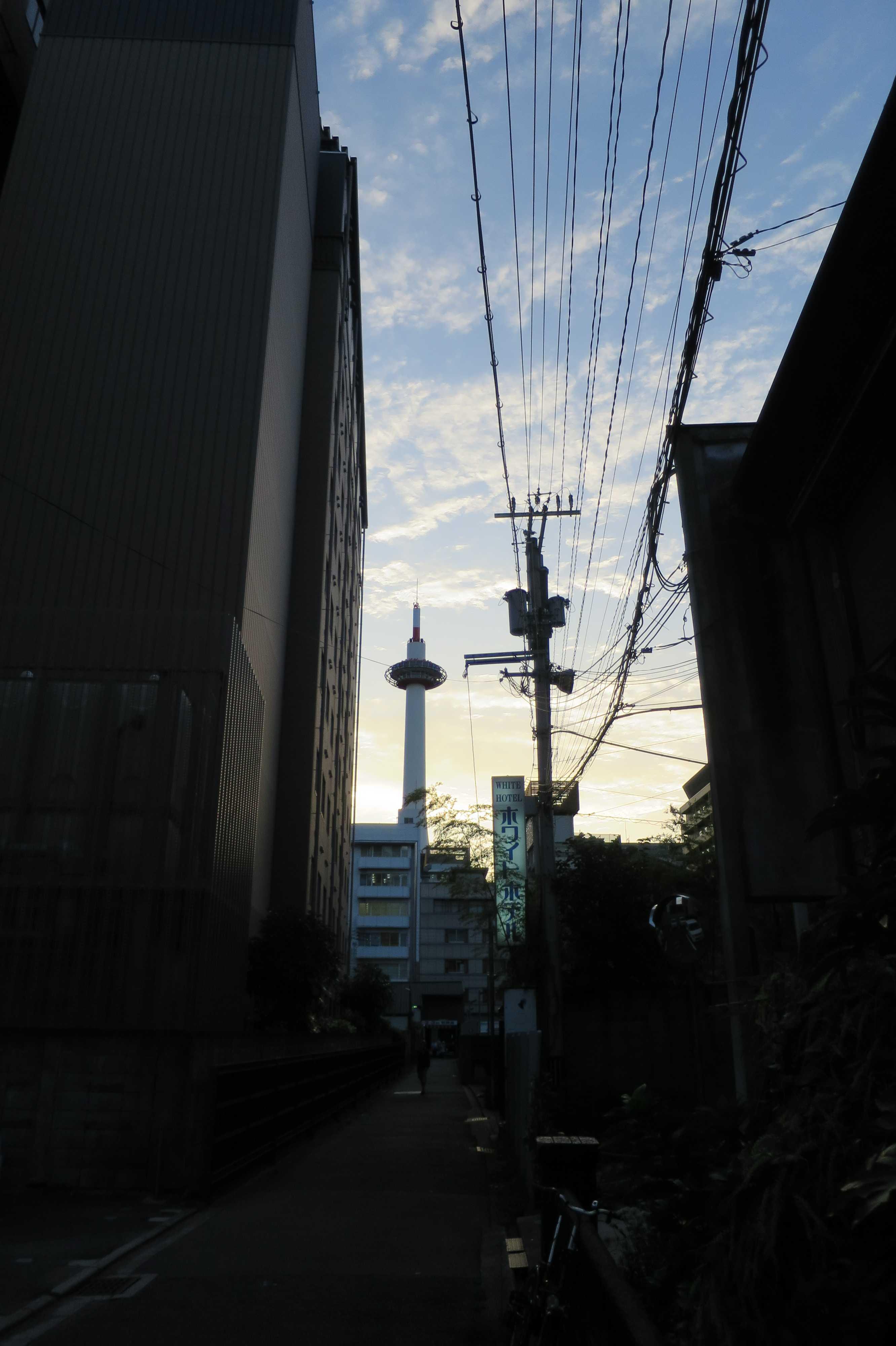 京都 - ビルの谷間から見えた京都タワー