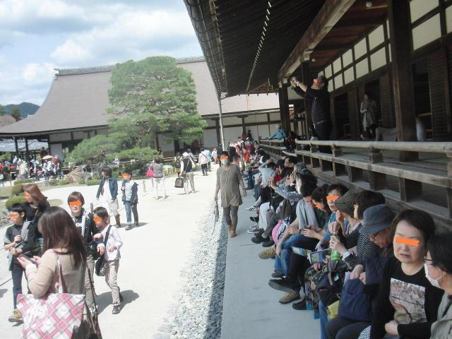 観光客で賑わう天龍寺