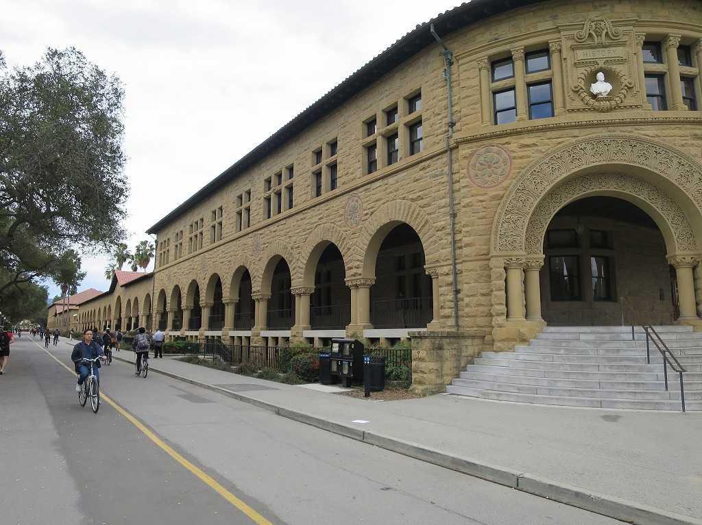 スタンフォード大学キャンパスの古い建物