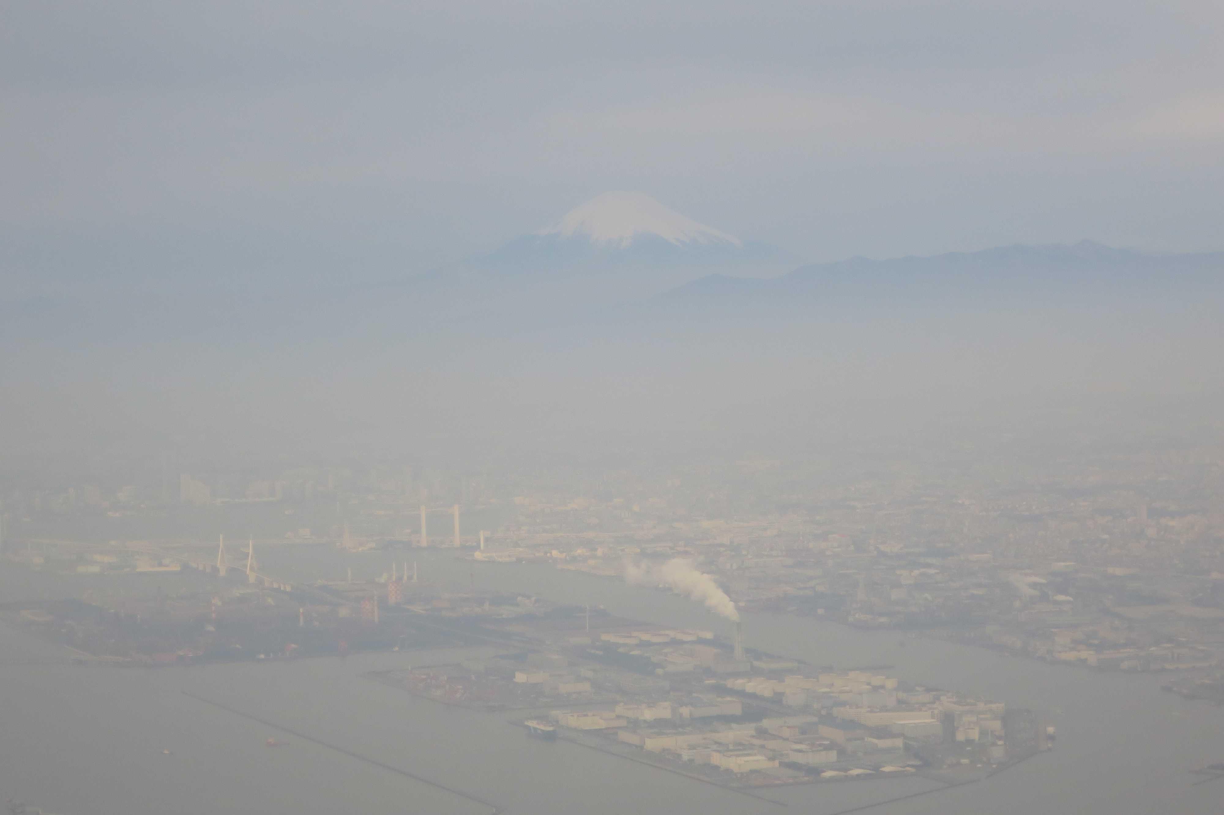 東京湾上空から見えた霞んだ富士山