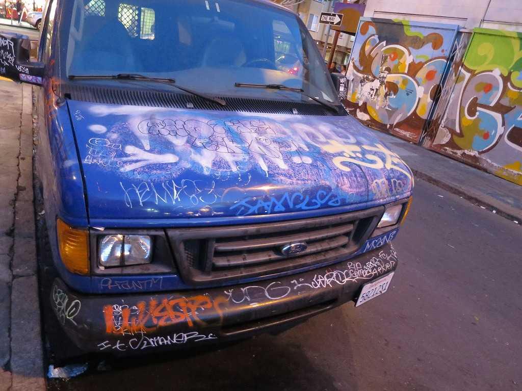 サンフランシスコ - ミッション地区 車のボンネットまでアート