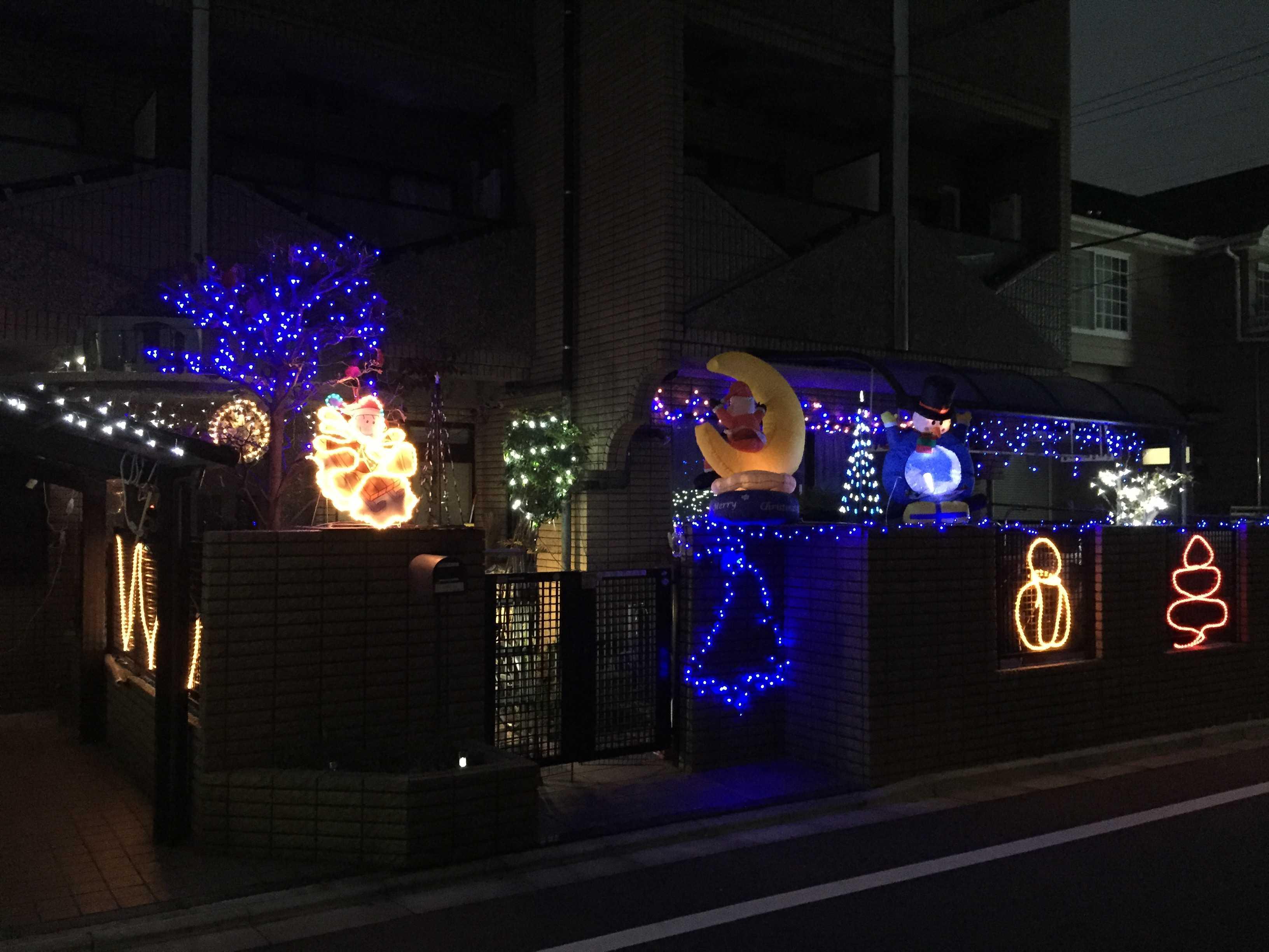 住宅街(民家)のクリスマスのイルミネーション