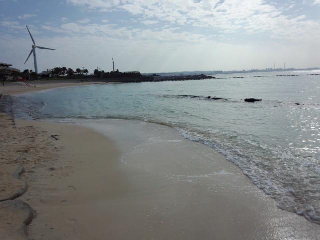 沖縄のビーチと風力発電