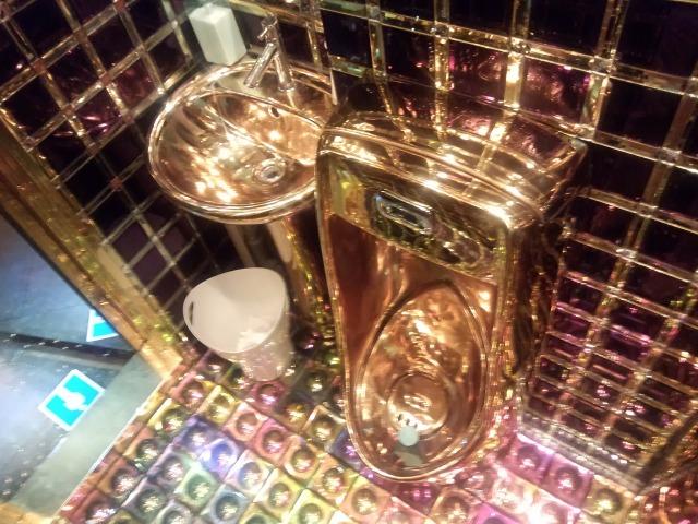 ロボットレストランのトイレの便器