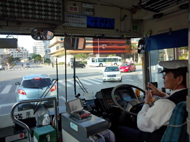 沖縄のバスの中
