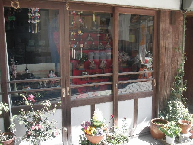 ガラス越しの雛人形(ひな飾り)- 鞆の浦