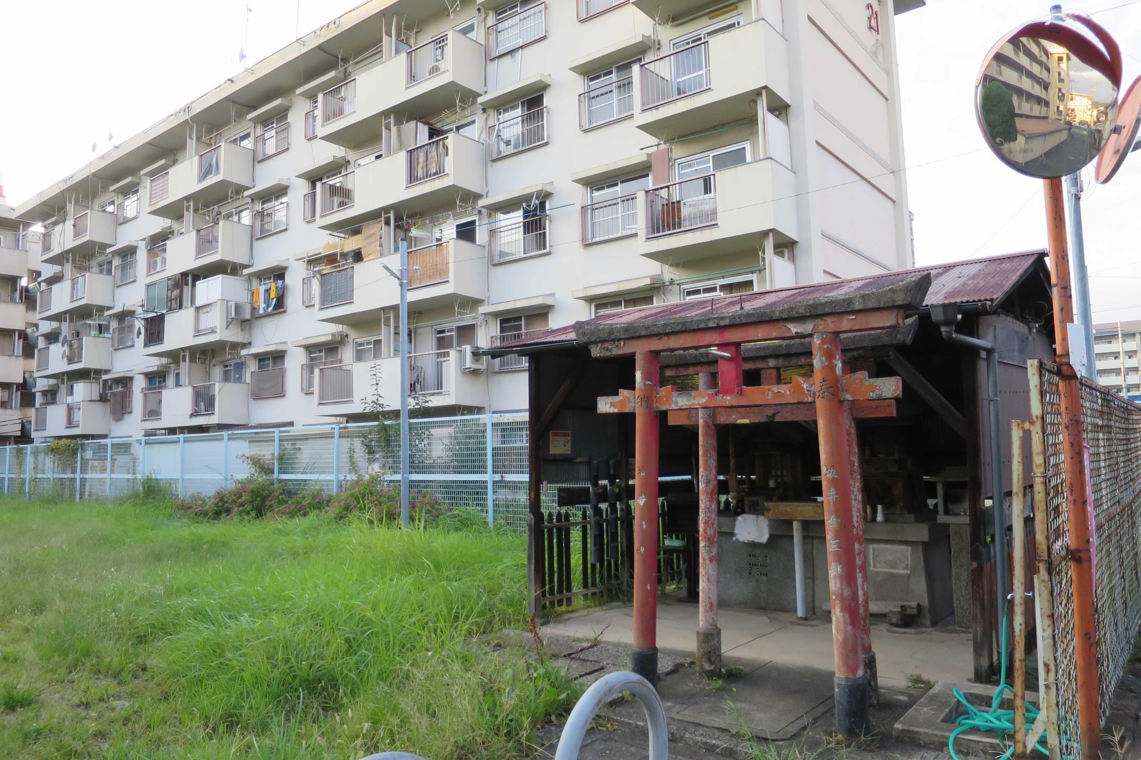京都・崇仁地区 - 崇仁市営住宅に囲まれた公園の片隅にある赤い鳥居