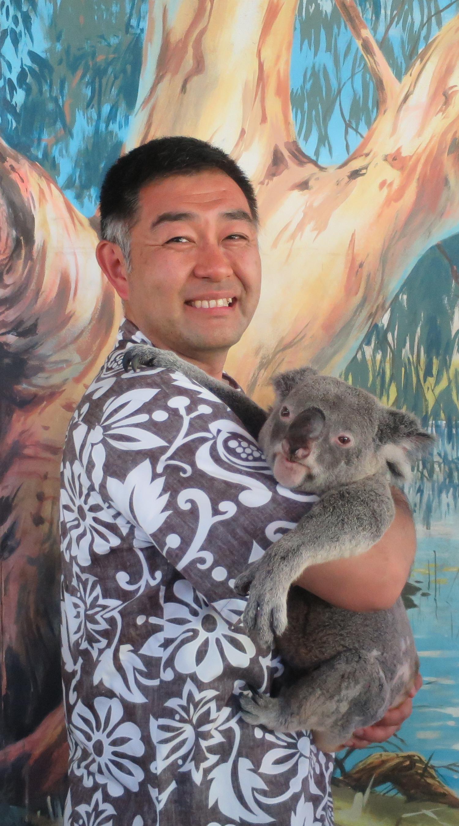 オーストラリアでコアラを抱く村内伸弘の写真