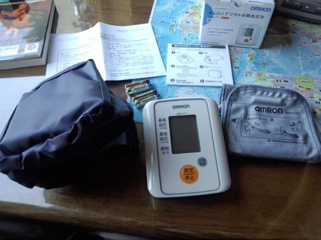 オムロンデジタル自動血圧計 HEM-7111の本体と付属品